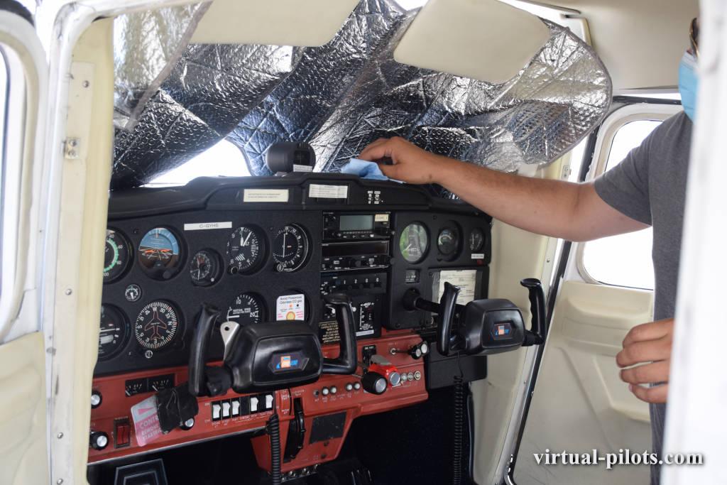 Обработка кабины самолета дезинфицирующим раствором COVID